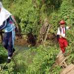 anak sekolah meniti jembatan putus