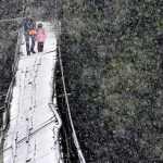 anak sekolah meniti jembatan rapuh