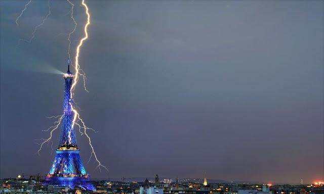 Petir menyambar Menara Eiffel Paris