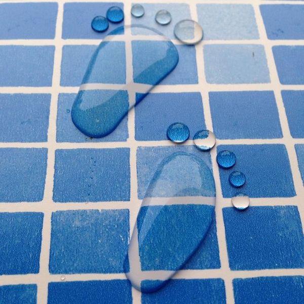 karya seni dari air berbentuk kaki